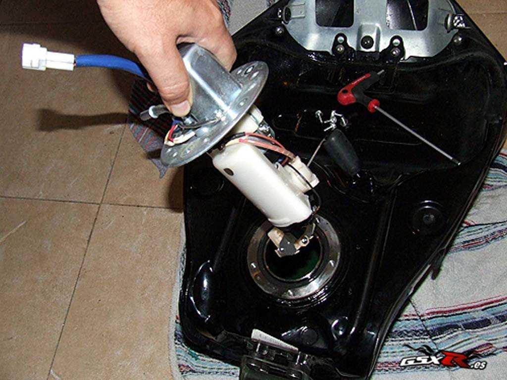 tutorial_mecanica_suzuki_gsxr_tanque_gasolina_7.jpg